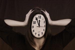 femme avec une tête en horloge