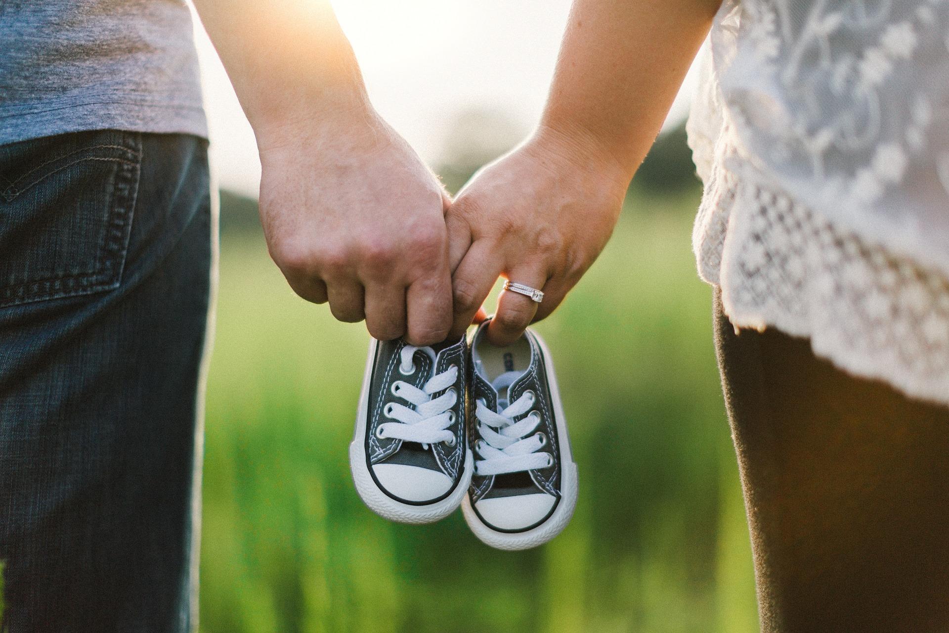 Couple qui tient une petite paire de soulier de bébé
